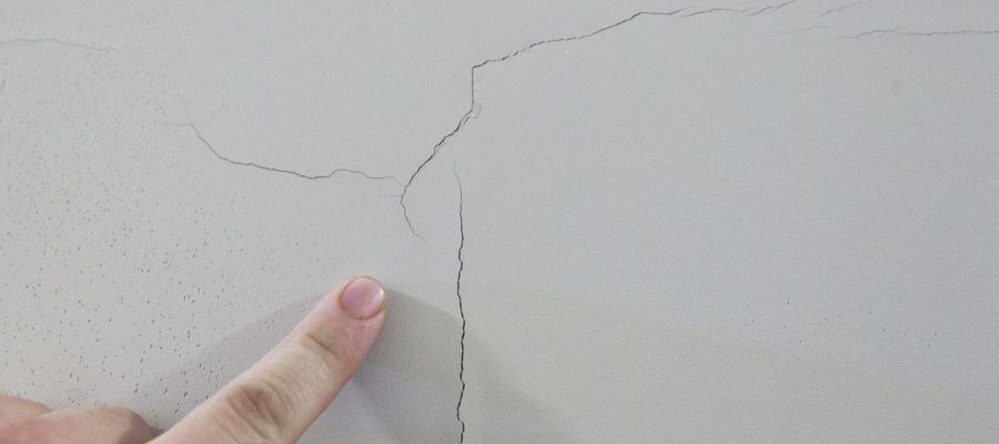 fissures au plafond et aux murs
